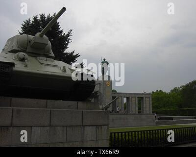Berlin - Sowjet Cenotaph in Berlin-Tiergarten Berlin - Sowjetisches Ehrenmal im Tiergarten; 13. Mai 2006; de.pedia: 17:08, 8. Juni 2006. . Adam Carr. . 1600Ã-1200 (197.892 Bytes) (Foto von User:Adam Carr, Mai 2006); Adam Carr; - Stockfoto