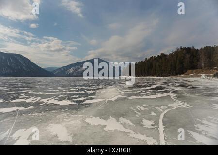 Blick auf den wunderschönen Zeichnungen auf Eis aus der Tiefe Risse und Blasen von Gas auf der Oberfläche des Sees Teletskoye, Russland - Stockfoto