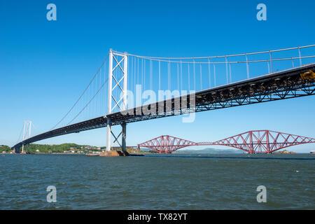 Forth Road Bridge und Forth Eisenbahnbrücke überspannt Fluss Forth von Port Edgar, Queensferry, Schottland, UK gesehen - Stockfoto