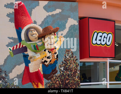 Toy Story Lego Modell mit Woody und Buzz Lightyear, Lego Store, Downtown Disney, Los Angeles, Kalifornien, USA - Stockfoto