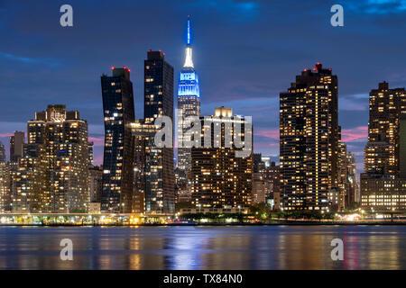 Manhatttan Skyline bei Nacht mit dem Empire State Building über den East River, New York, USA