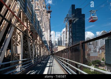 Der Roosevelt Island Tramway Auto und Ed Koch Queensboro Bridge Fußgängerweg, New York, USA Stockfoto