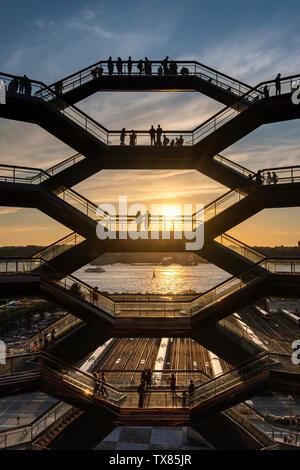 Das Schiff bei Sonnenuntergang, Hudson Yards, Manhattan, New York City, New York, USA, entworfen von der britische Designer Thomas Heatherwick - Stockfoto