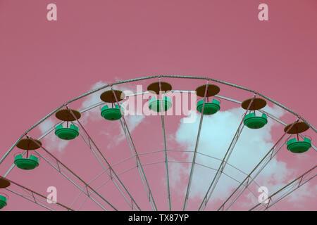 Hell-Rosa getönten Bild von einem Riesenrad - Stockfoto