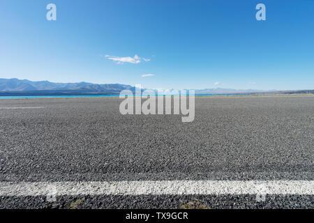 Asphaltierte Straße in der Nähe der See im Sommer Tag in Neuseeland - Stockfoto