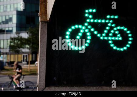 Close-up des Ermöglichens Ampel Zeichen für einen Radfahrer in der Central Street in einer Stadt - Stockfoto
