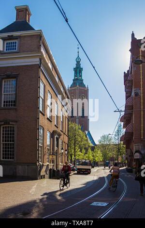 Den Haag (Den Haag), die Niederlande, Holland,, 20. April 2019. Plätze, Straßen in der alten Stadt, eine Straße mit Geschäften und Cafés, Monument, Kirchen - Stockfoto