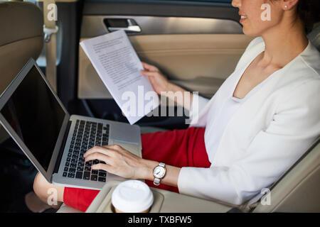 Mitte Porträt der jungen Geschäftsfrau im Auto arbeiten, kopieren Raum - Stockfoto