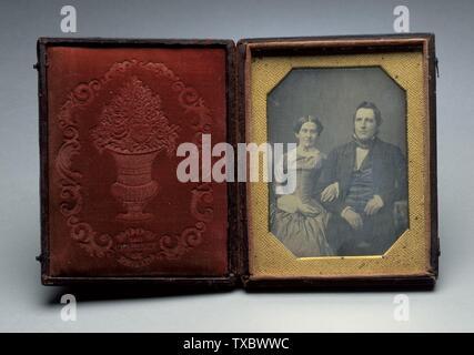 Porträt des unidentifizierten Paares; Vereinigte Staaten, ca. 1850 Fotografien Daguerreotyp (1/4 Platte) Ungerahmt: 3 5/8 x 2 5/8 Zoll (9,21 x 6,67 cm) Geschenk von Jack Shear (M.91.287.2) Fotografie; ca. 1850 Datum QS:P571,+1850-00-00T00:00:00Z/9,P1480,Q5727902; - Stockfoto