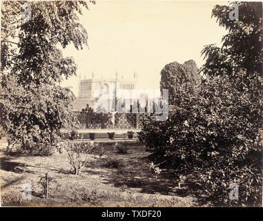 Untitled; England, ca. 1865 Deskriptiv: (Ansicht von Bäumen und Mausoleum) Fotos Alben drucken Ungerahmt: 9 1/8 x 11 1/2 Zoll. (23,18 x 29,21 cm) Geschenk von Mr. Und Mrs. Philip Feldman (M.83.302.21) Fotografien; ca. 1865 Datum QS:P571,+1865-00-00T00:00:00Z/9,P1480,Q5727902; - Stockfoto