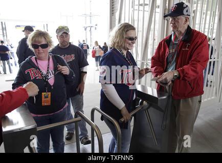 Fans in den Park am Eröffnungstag am Ziel Feld in Minneapolis am 12. April 2010. Die neue Open-air-Ballpark, seine offizielle Premiere den Montag als Minnesota Zwillinge die Boston Red Sox 5-2 im Spiel schlagen. UPI/Brian Kersey - Stockfoto