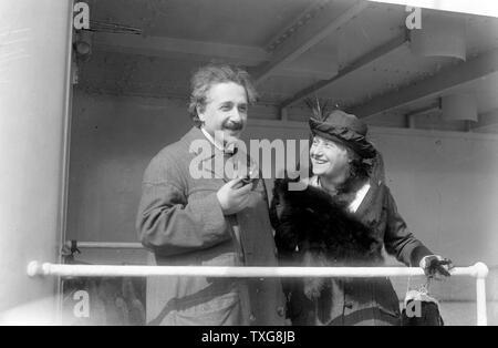 Albert Einstein (1879-1955) in Deutschland geborene Schweizerisch theoretische Physiker, mit Elsa Einstein seine Cousine und die zweite Frau - Stockfoto