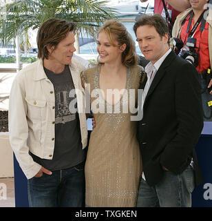"""Schauspieler Kevin Bacon (L), Rachel Blanchard (C) und Colin Firth (R) an das Fotoshooting für ihren neuen Film """"Wo liegt die Wahrheit"""" auf der 58. Filmfestspielen von Cannes am Freitag, 13. April 2005. (UPI Foto/Hugo Philpott) - Stockfoto"""