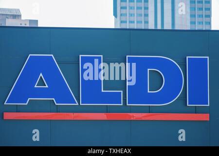Finestrat, Spanien, 18. Juni, 2019: Melden Sie sich an Aldi auf der Wand. Deutsche Discounter Aldi Supermarkt Ketten - Stockfoto