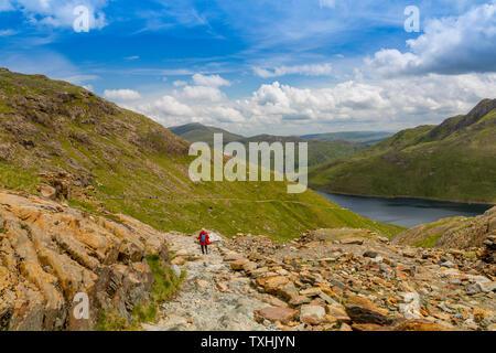 Absteigend die MinersTrack von Snowdon in Richtung Llyn Lydaw, Snowdonia National Park, Gwynedd, Wales, Großbritannien - Stockfoto