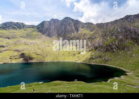 Die Drei Zinnen von Lliwedd (2.946 ft) und Llyn Lydaw aus der Bergleute, Snowdonia National Park, Gwynedd, Wales, UK gesehen - Stockfoto