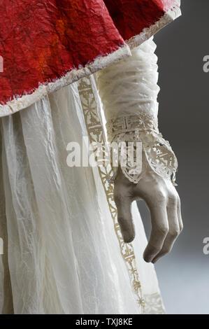 Die Mannequin Hand der Priester Papier Kostüm von Isabelle de Borchgrave - Stockfoto