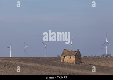 Alten zerstörten Haus auf landwirtschaftlichem Boden mit Wind warm im Hintergrund - Stockfoto