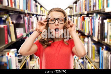 Überrascht Schüler Mädchen in Gläsern an der Bibliothek - Stockfoto
