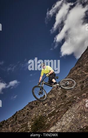 Biker springen, Saas-Fee, Wallis, Schweiz - Stockfoto