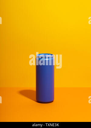 Stillleben mit lila trinken kann und gelbem Hintergrund Stockfoto