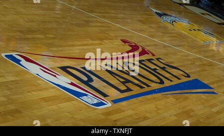 Die NBA Logo steht auf dem Pepsi Center Basketball in der Western Conference Playoffs - Erste runde Spiel drei in der Pepsi Center in Denver am 23. April 2011. UPI/Gary C. Caskey - Stockfoto