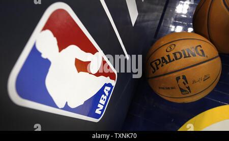 Eine NBA offiziellen Ball sitzt auf dem Boden in der Nähe der Basket NBA Logo vor dem Start des Miami Heat-Denver Nuggets Spiel im Pepsi Center am 15. November 2012 in Denver. UPI/Gary C. Caskey - Stockfoto