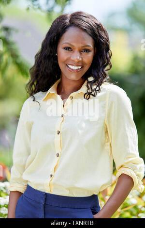 Portrait von attraktiven ethnische Frau im Freien - Stockfoto