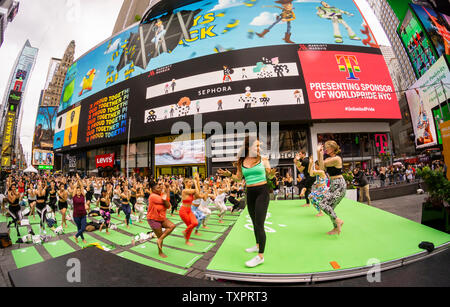 Tausende Praktizierende pack Times Square in New York Yoga am ersten Tag des Sommers, in der Praxis Freitag, 21. Juni 2019. Die 17. jährliche Solstice im Times Square, 'Mind Über Madness', gesponsert von American Eagle Outfitters' athleisure Marke Horst, erstreckt sich die Yogis' Fähigkeit, den Lärm und die visuelle Unordnung, die Sie in der Kreuzung der Welt umgeben zu blockieren. Der erste Tag des Sommers hat der Internationale Tag des Yoga, die von den Vereinten Nationen erklärt wurden. (© Richard B. Levine) - Stockfoto