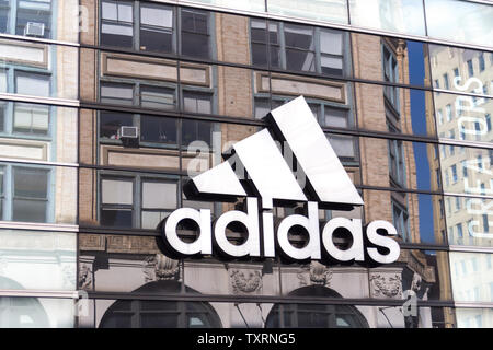 NEW YORK, USA - 16. MAI 2019: Adidas Logo auf einem Store Front in Manhattan, New York - Stockfoto