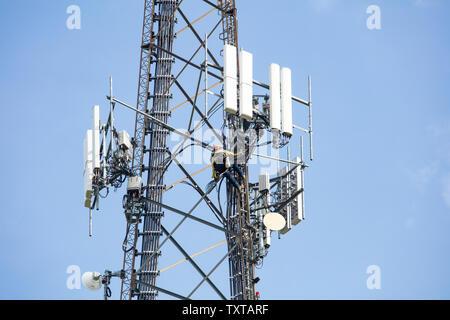 Kommunikation Wartung funktioniert. Techniker klettern auf Telecom Tower Antenne gegen den blauen Himmel Hintergrund, kopieren. - Stockfoto
