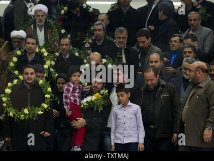 48 entführt Iranischen Geiseln in Teheran, Iran, am 10. Januar 2013 vor. Am 4. August 2012 bewaffneten Aufständischen in Syrien entführt 48 iranische Pilger, die auf einen Bus am Stadtrand von Damaskus unterwegs waren. Am Mittwoch, den 9. Januar, der syrischen Regierung befreit 2.130 Gefangenen im Austausch für die Freilassung der 48 Iranern, die von Rebellen gehalten wurden. UPI/Maryam Rahmanian - Stockfoto