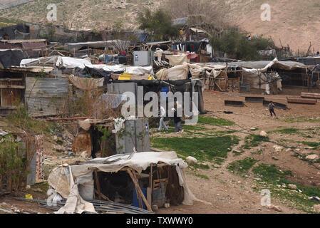 Eine allgemeine Ansicht der Bedouin Village Khan Al-Ahmar in der West Bank, 22. Februar 2017. Die israelische Zivilverwaltung verteilt Abriss der Aufträge an die Beduinendorf, in Gebiet C, die unter der israelischen zivilen und militärischen Kontrolle befindet. Khan Al-Ahmar ist von israelischen Siedlungen ausserhalb von Jerusalem in der Judäischen Wüste umgeben. Foto von Debbie Hill/UPI - Stockfoto