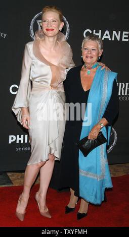 Australische Schauspielerin Cate Blanchett (L) stellt mit der britischen Schauspielerin Dame Judi Dench, wie sie für die Premiere Frauen in Hollywood Dinner in Beverly Hills, Kalifornien am 20. September 2006 eingehen. Dench wird eine Auszeichnung Blanchett, die für ihre Leistungen im Film geehrt. (UPI Foto/Jim Ruymen) - Stockfoto