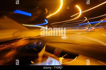 Blick aus dem Auto am Tunnel Innenraum mit mehrere leichte Wanderwege defokussierten gefährliches Fahren - Rotation Unfall vision wie - Stockfoto