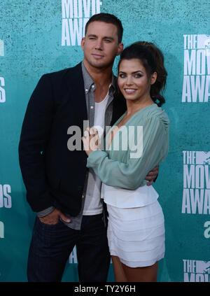 (L - R) Schauspieler Channing Tatum und Jenna Dewan-Tatum kommen bei den MTV Movie Awards am Gibson Amphitheater in Universal City, Kalifornien am 3. Juni 2012. UPI/Jim Ruymen - Stockfoto