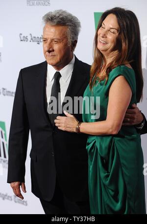 Honoree Dustin Hoffman und seine Frau Lisa Gottsegen kommen an der 16. jährlichen Hollywood Film Awards Gala, die von der Los Angeles Times vorgestellt und im Beverly Hilton Hotel in Beverly Hills, Kalifornien am 22. Oktober 2012. UPI/Jim Ruymen - Stockfoto