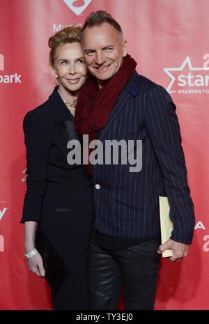 Musiker Sting und seine Ehefrau Trudie Styler, Hersteller kommen an der 2013 MusiCares Person des Jahres Gala zu Ehren Bruce Springsteen in Los Angeles am 8. Februar 2013 in Los Angeles. UPI/Jim Ruymen - Stockfoto