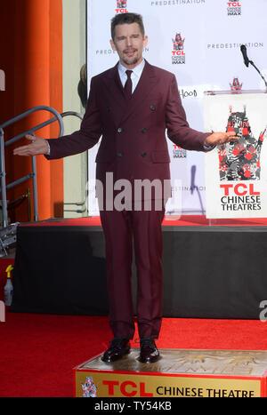 """Schauspieler Ethan Hawke beteiligt sich an einem Hand- und Fußabdruck Zeremonie ihn ehrt in TCL Chinese Theatre in Hollywood"""" in Los Angeles am 5. Dezember 2014. Hawke können weiter in dem in Kürze zu Sci-Fi-Thriller """"Prädestination"""" freigegeben werden, gesehen werden. Foto/Jim Ruymen/UPI - Stockfoto"""