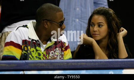 Symbol Musik Beyonce und Rapper Jay-Z genießen Sie die USA Olympic Basketball teams 118-79 Sieg über Uruguay von Gericht - Seite Sitze im Thomas & Mack Center in Las Vegas, Nevada am 29. August 2007. (UPI Foto/Daniel Gluskoter) - Stockfoto