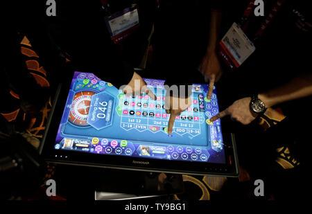 Lenovo IdeaCenter Mitarbeiter demonstrieren die''Horizon 27 Tisch-PC auf der CES vor der 2013 International CES, einer Messe für Consumer Electronics, im Mandalay Bay in Las Vegas, Nevada am 6. Januar 2012 vorgestellt. UPI/Molly Riley - Stockfoto