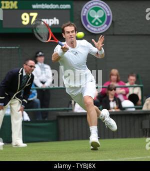 Großbritanniens Andy Murray in Aktion gegen den Deutschen Benjamin Becker am ersten Tag der Wimbledon Championships 2013 in London am Montag, den 24. Juni 2013. UPI/Hugo Philpott