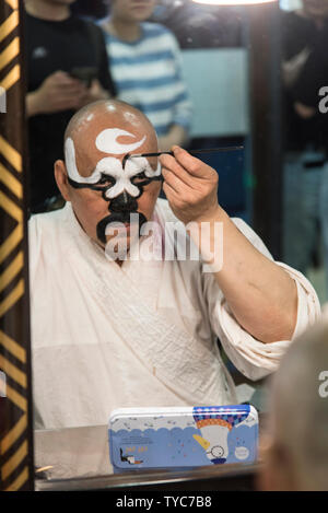 Traditionelle chinesische Schauspieler gilt, Make-up, bevor eine Leistung in einem chinesischen Theater. In Chengdu, Sichuan, China fotografiert. - Stockfoto