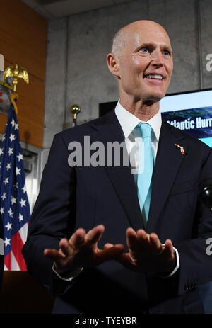 Florida Gouverneur Rick Scott Beantwortung der Frage der Presse in der offizielle Start der atlantischen Hurrikansaison auf das National Hurricane Center in Miami, Florida, USA, 1. Juni 2017, Foto von Gary ich Rothstein/UPI. - Stockfoto