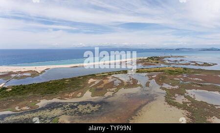 Sumpfigen Flachwasser in der Nähe von Levkas, Griechenland. Luftaufnahme. - Stockfoto