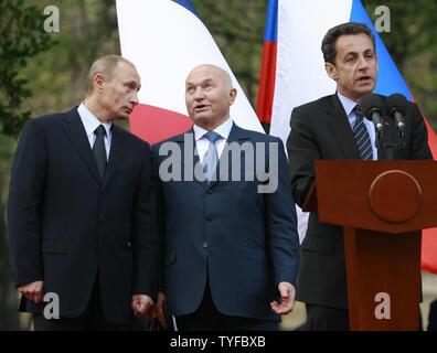 Der russische Präsident Wladimir Putin (L), Moskaus Bürgermeister Juri Luschkow und der französische Präsident Nicolas Sarkozy (R), um die Öffnung eines Denkmals der Französischen Welt Krieg Zwei Normandie-Niemen Jagdgeschwader zu gedenken, an Lefortovo Park in Moskau am 10. Oktober 2007. (UPI Foto/Anatoli Zhdanov). - Stockfoto