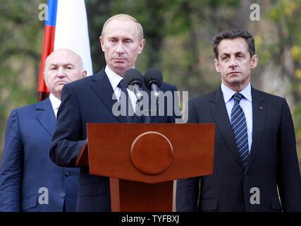 Der russische Präsident Wladimir Putin (C), Moskaus Bürgermeister Juri Luschkow und der französische Präsident Nicolas Sarkozy (R), um die Öffnung eines Denkmals der Französischen Welt Krieg Zwei Normandie-Niemen Jagdgeschwader zu gedenken, an Lefortovo Park in Moskau am 10. Oktober 2007. (UPI Foto/Anatoli Zhdanov). - Stockfoto