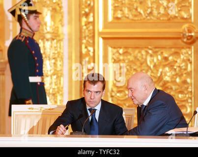 Russlands erster Vizepremier Dmitri Medwedew (L) Hört sich Moskaus Bürgermeister Juri Luschkow während einer Sitzung des Rates in den Kreml in Moskau am 19. Dezember 2007. Putin und seine Nachfolger Medwedew nahm die Umdrehungen, die oberen Beamten am Mittwoch einen Vortrag zu halten, während Sie die doppelte Tat zeigte sich wahrscheinlich das Land für die nächsten vier Jahre laufen. (UPI Foto/Anatoli Zhdanov) - Stockfoto