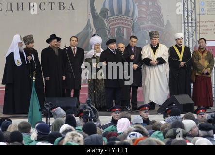 Russisch-orthodoxe Patriarch Kyrill (L) steht mit dem Russischen Lubavitch Juden Rabbiner Berl Lazar (3 L) und die verschiedenen Land religiöse Führer, wie sie ausserhalb der Rote Platz in Moskau während einer Prozession nationalen Tag der deutschen Einheit am 4. November 2009 zu feiern, hören, Moskaus Bürgermeister Juri Luschkow (C). UPI/Anatoli Zhdanov - Stockfoto