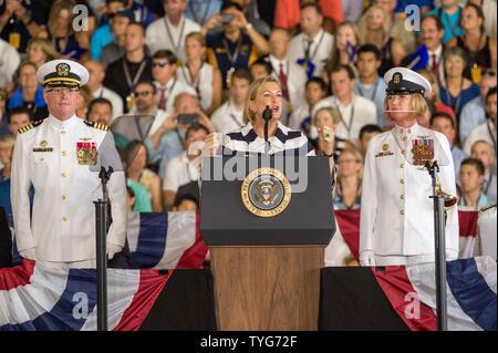 Susan Ford Ballen, das jüngste Kind und einzige Tochter des ehemaligen US-Präsidenten Gerald Ford und ehemalige First Lady Betty Ford, gibt das Schiff auf den Menschen und das Leben der USS Gerald R. Ford (CVN 78) während der Inbetriebnahme Zeremonie am Norfolk Naval Base, Virginia am 22. Juli 2017. Der Flugzeugträger ist, nachdem Präsident Ford, die an Bord der USS Monterey im Pazifik während des Zweiten Weltkrieges diente genannt, und war der erste Präsident an Bord von einem Flugzeugträger zu dienen. Foto von Ken Cedeño/UPI - Stockfoto